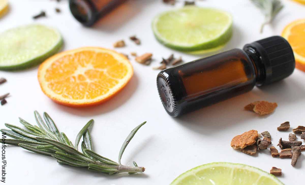 Foto de un gotero con especias y limón que muestra cómo hacer aceite de romero