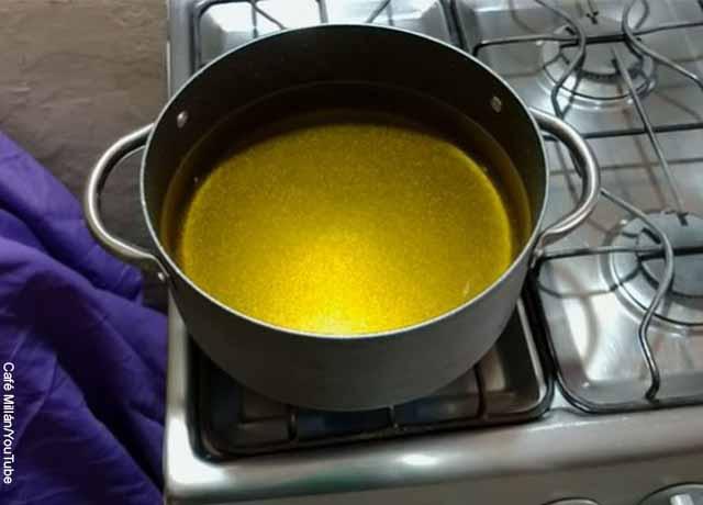 Foto de una olla con aceite sobre un fogón