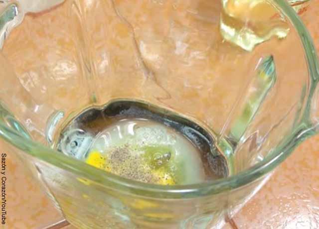 Foto de un vaso de licuadora con huevos y limón