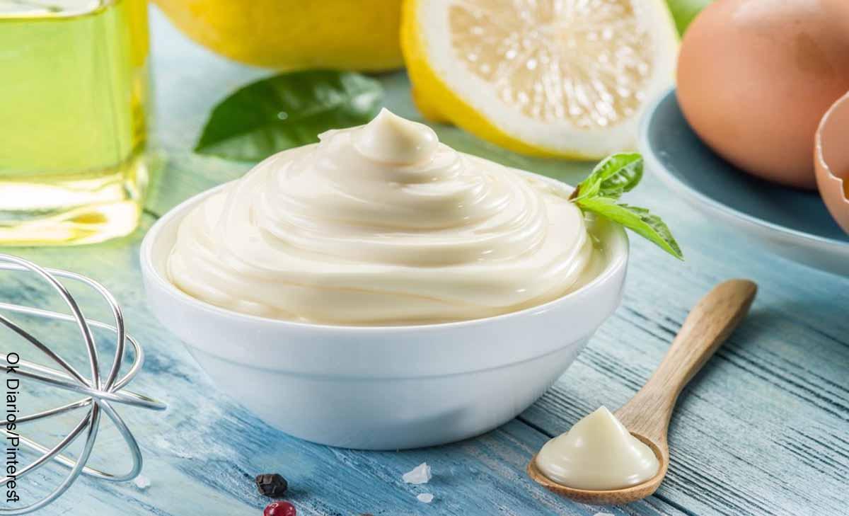Foto de una taza salsa blanca en una taza que muestra cómo hacer mayonesa casera