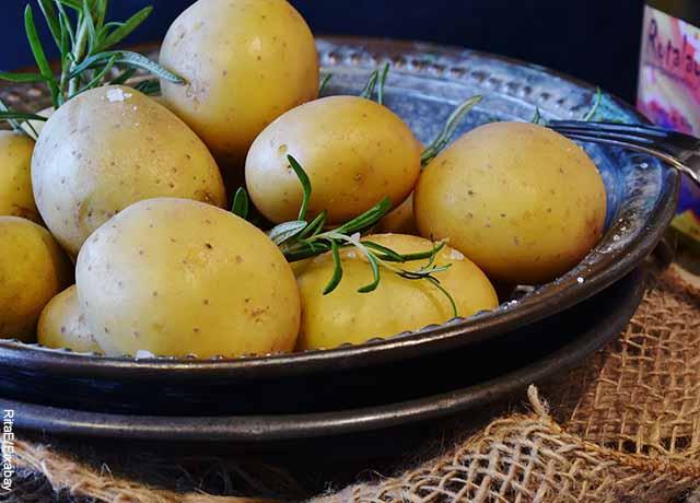 Foto de papas saladas en un plato