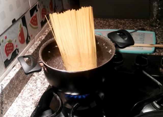 Foto de pasta en una olla con agua hirviendo