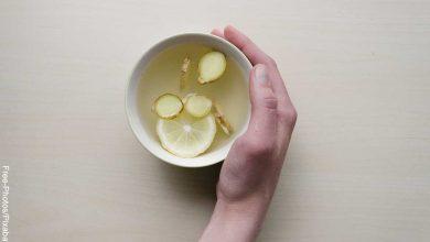 Foto de una persona sosteniendo una taza qie revela cómo hacer té de jengibre