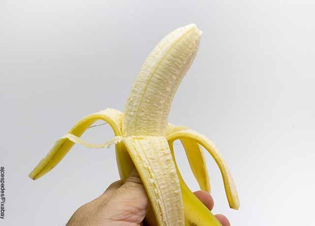 Foto de un banano pelado