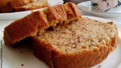 Foto de dos trozos de pan que revelan cómo hacer torta de banano sin horno