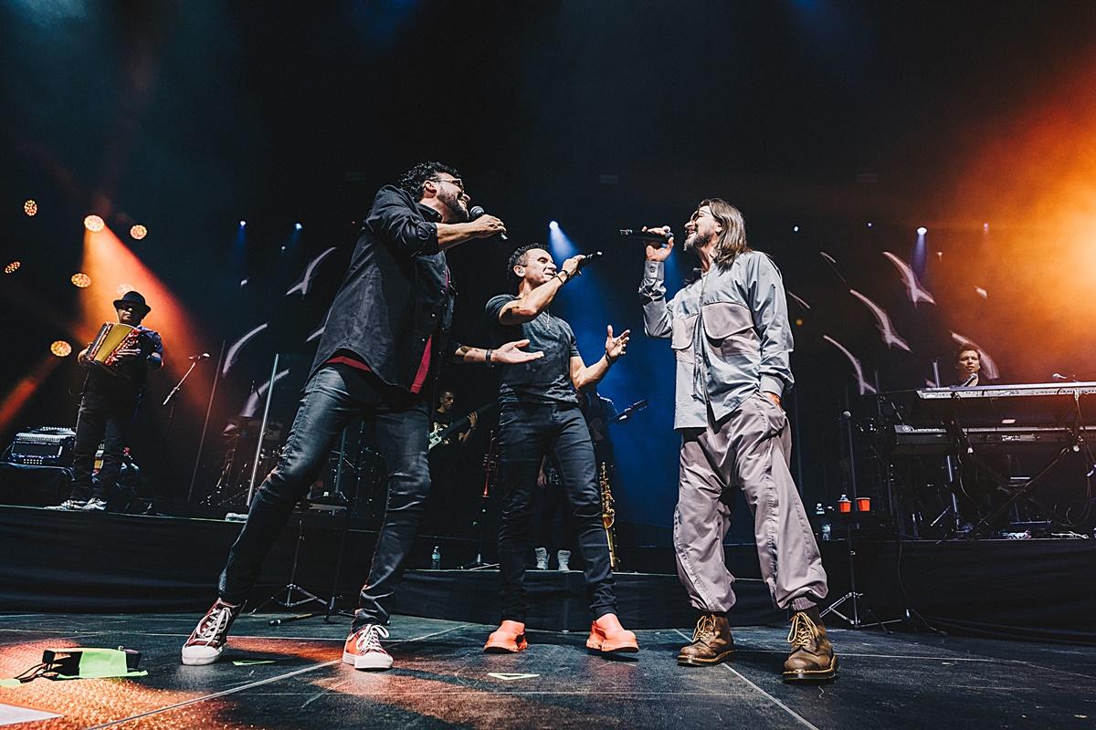 Foto de Andrés Cepeda, Juanes y Fonseca cantando juntos durante un concierto