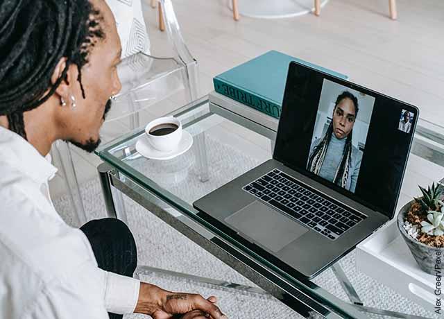 Foto de un hombre y una mujer hablando por videollamada que muestra las cosas para hacer en pareja
