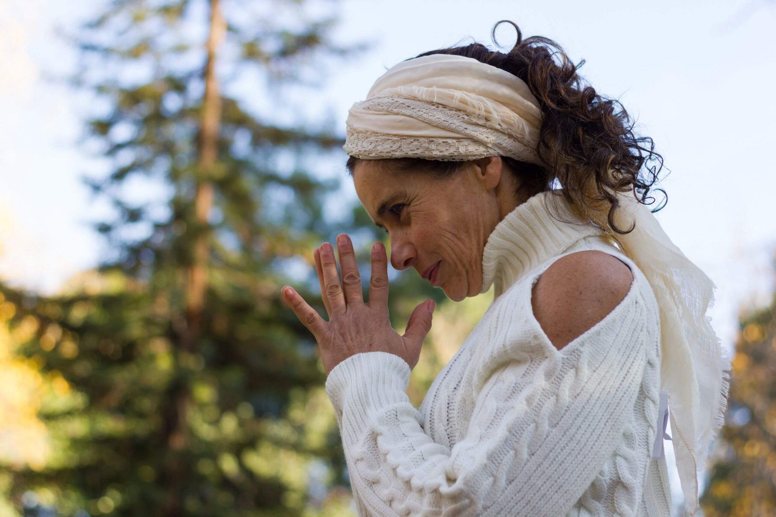 Foto de una mujer orando