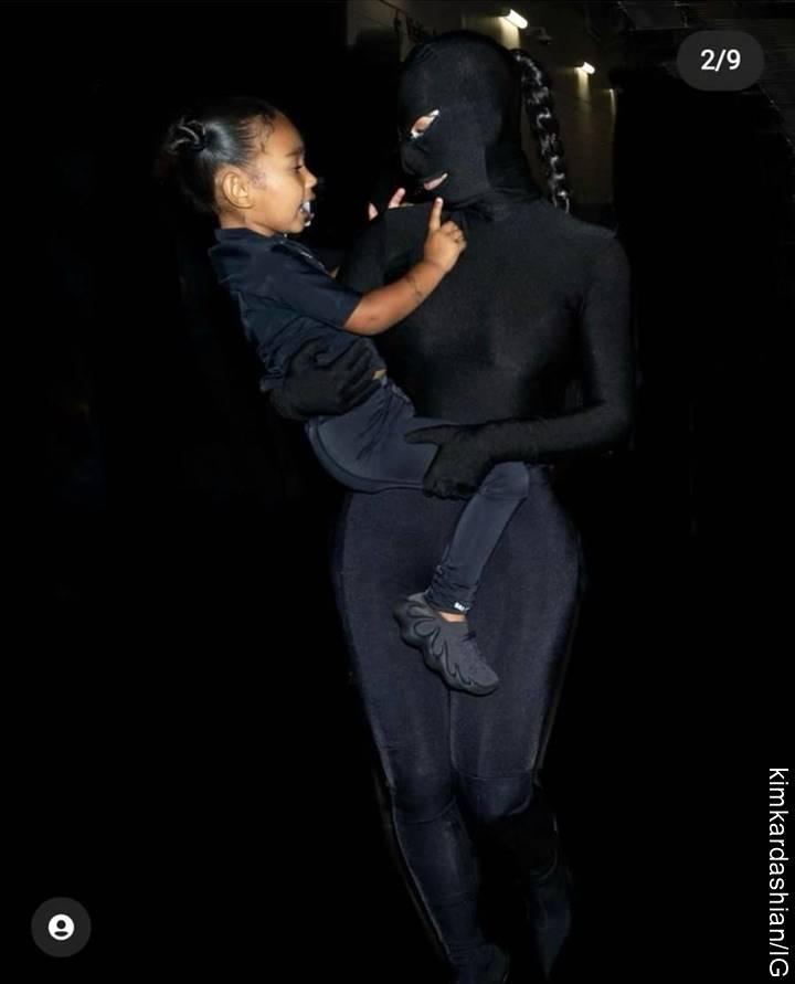 Foto de Kim Kardashian completamente de negro