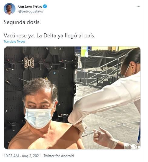 Foto de Gustavo Petro vacunándose sin camisa
