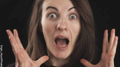 Foto de una mujer con cara de sorprendida que muestra la estrella de 6 puntas y su significado
