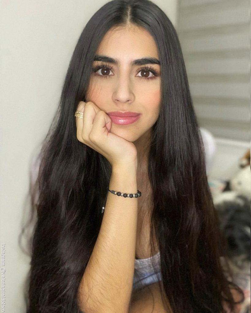 Foto de Valeria con su mano derecha en su mentón