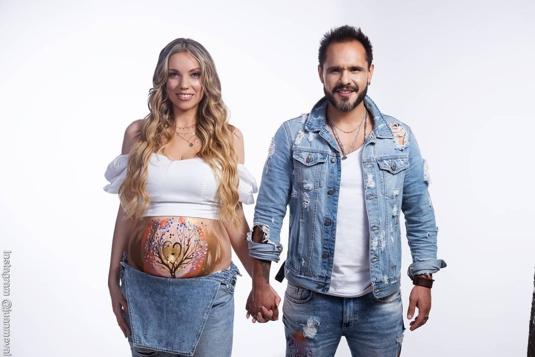 Foto de Juan Manuel Medina y Laura Mayolo embarazada con la barriguita pintada