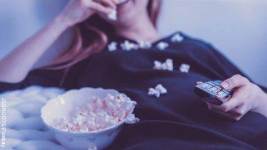 Foto de una mujer comiendo palomitas de maíz que revela las mejores películas de Amazon prime