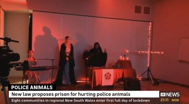 Print de pantalla de ritual satánico transmitido por noticiero australiano por error