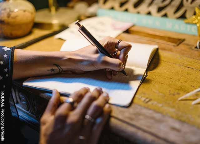 Foto de una mujer escribiendo en una hoja