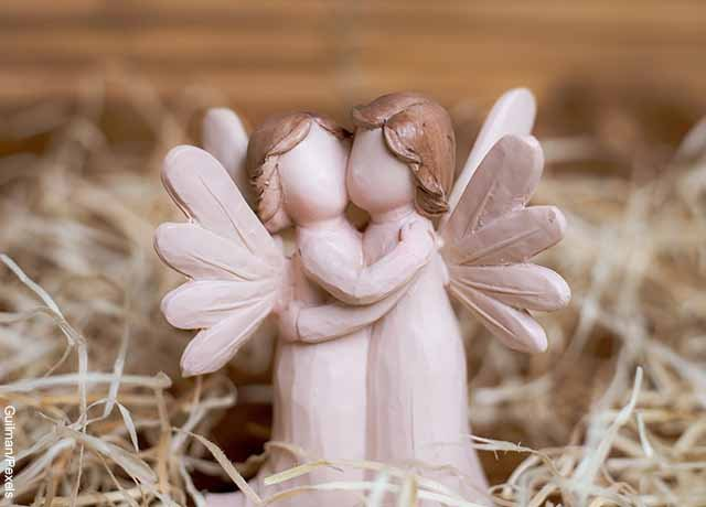 Foto de dos ángeles de juguete abrazados
