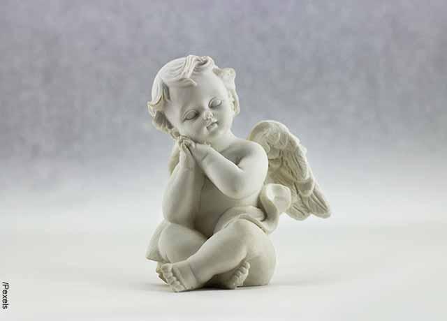 Foto de un ángel de porcelana que revela el número 7 en lo espiritual