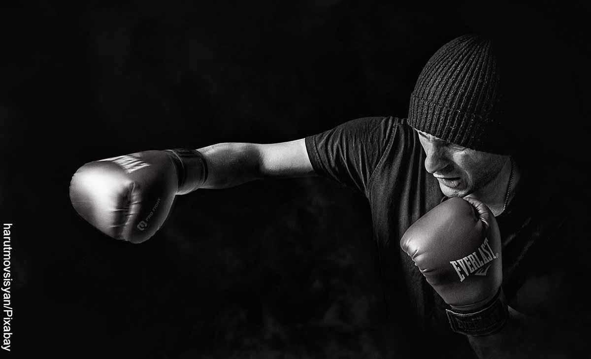 Foto de un hombre lanzando un golpe que muestra las películas de boxeo