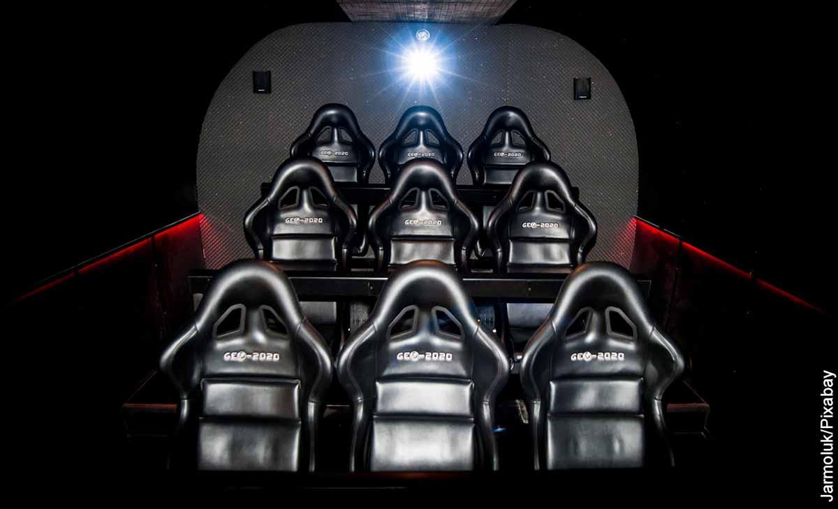 Foto de sillas de una sala de cine que revelan las películas más taquilleras de la historia