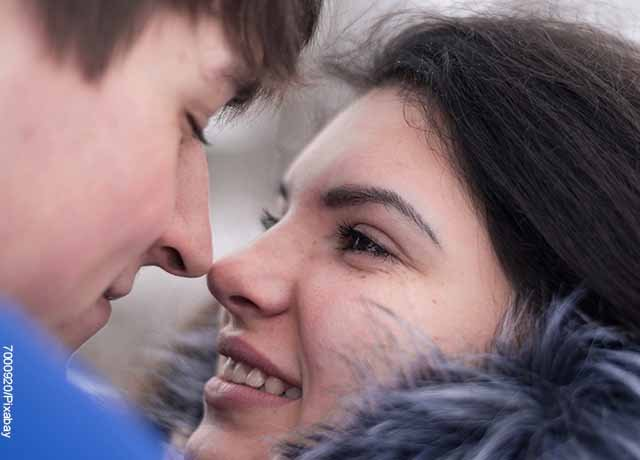 Foto de una pareja de novios sonriendo que revela preguntas para conocer a tu pareja