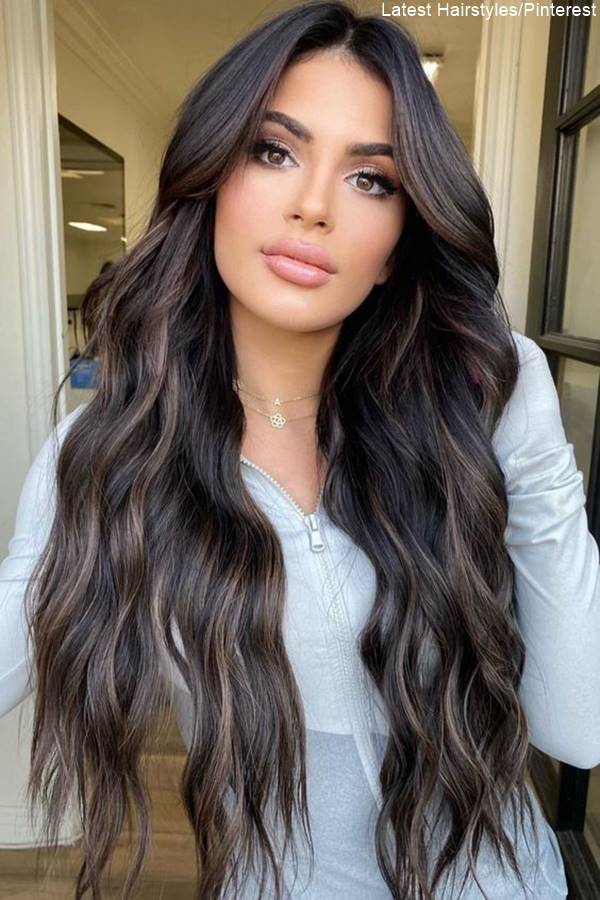 Foto de mujer con cabello color marrón oscuro