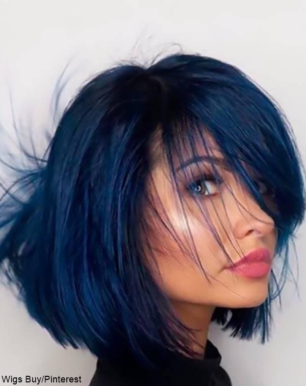 Foto mujer con pelo de color azul para ¿qué color de cabello hace ver más delgada la cara?