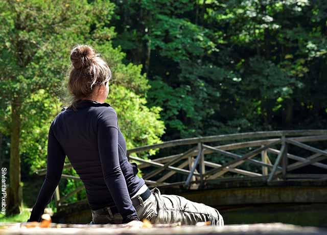 Foto de una mujer sentada en un muelle