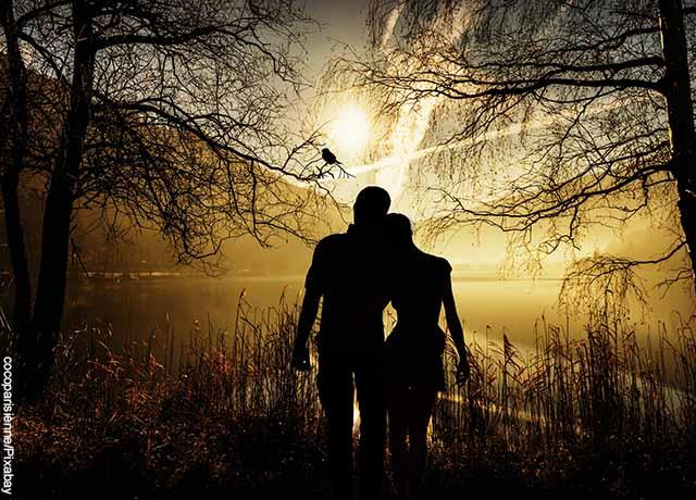 Foto de la sombra de una pareja abrazada que muestra qué es la dimensión espiritual