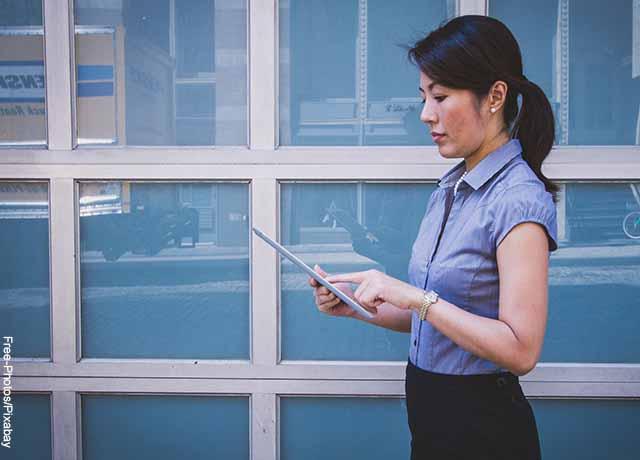 Foto de una mujer trabajando en una tablet