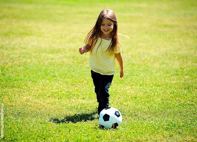 Foto de una niña jugando fútbol