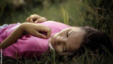Foto de una mujer acostada en el césped que revela qué es la inteligencia emocional