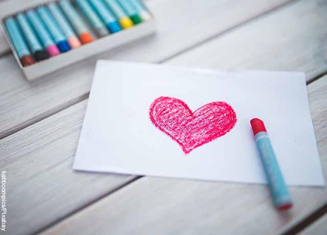 Foto de un corazón rojo dibujado con crayolas