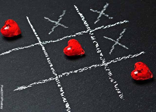 Foto de un juego de triqui con corazones que revela qué significa crush