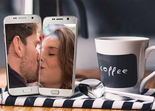 Foto de dos personas besándose en un celular