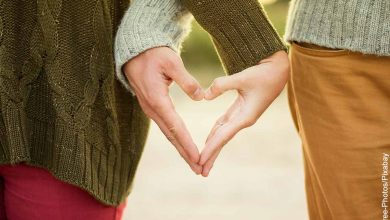 Foto de una pareja formando un corazón con sus manos que revela qué significa crush
