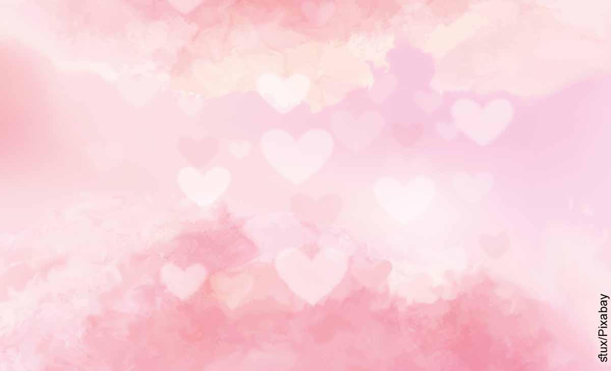 Foto de corazones y cielo que revela qué significa el color rosa