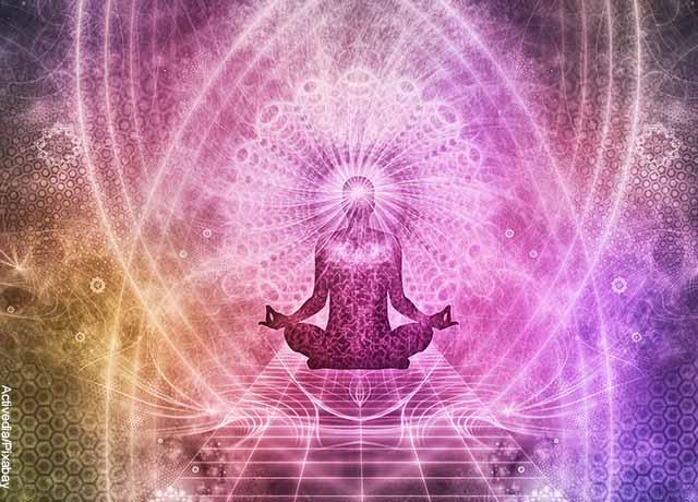 Foto de una ilustración de una persona meditando con luces de colores