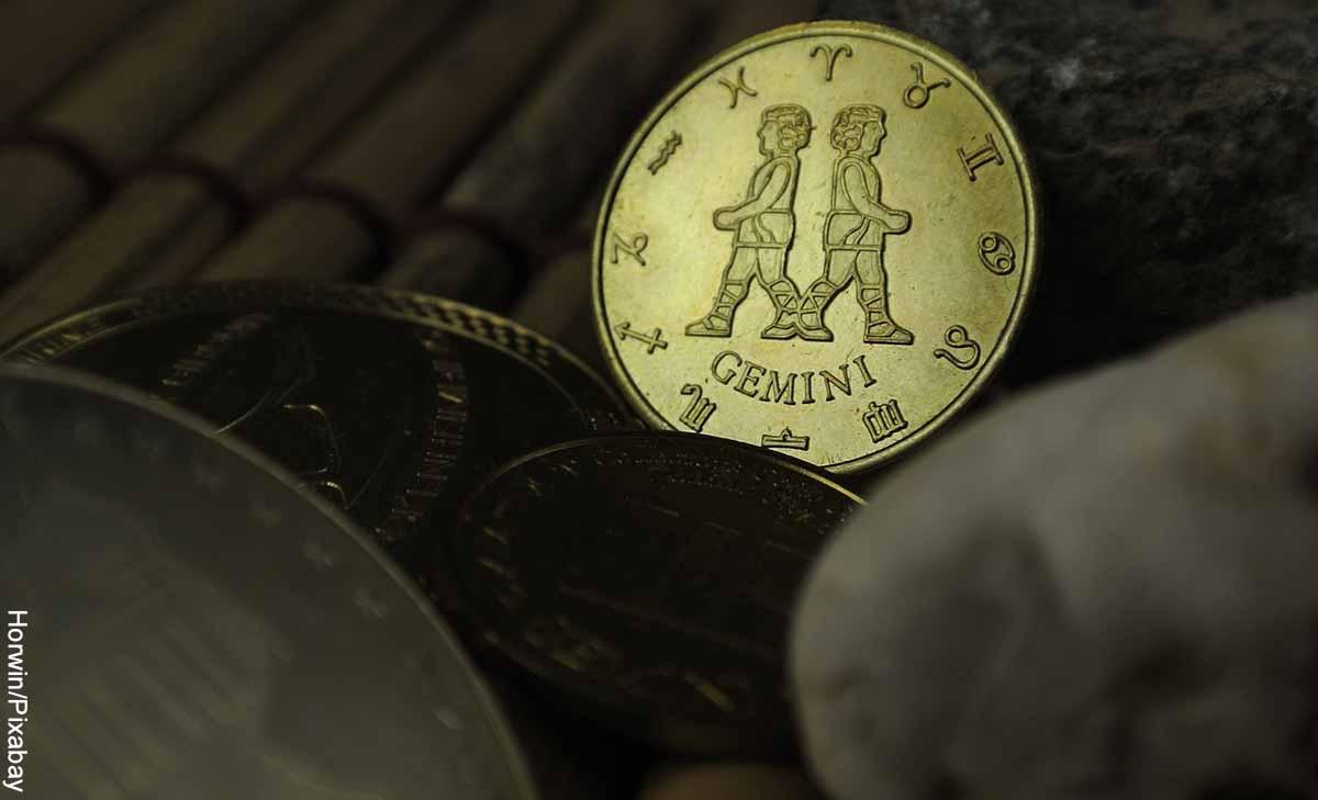 Foto de una moneda con dos figuras que revela qué significa el signo Géminis