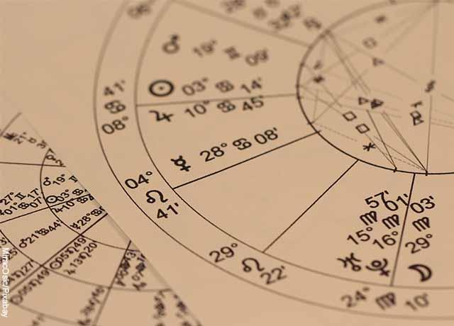 Foto de una gráfica astronómica sobre papel