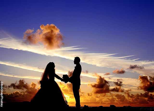 Foto de una pareja de casados al atardecer al aire libre