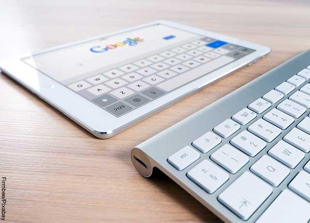 Foto de un teclado con un IPad que muestra qué significa Google
