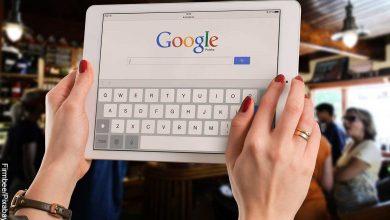 Foto de una persona sosteniendo una tablet que revela qué significa Google