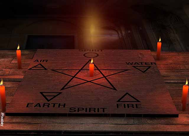 Foto de una tabla ouija son velas