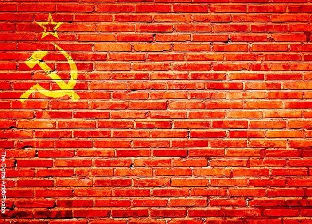 Foto de un símbolo de la bandera de la URSS en una pared