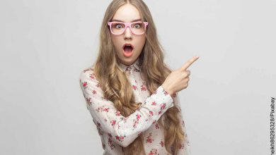 Foto de una mujer que señala algo sorprendida y muestra qué significa la estrella de 5 puntas