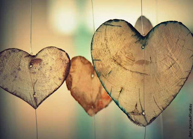 Foto de corazones hechos en papel colgados