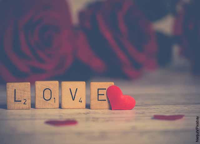 Foto de unos cubos de madera que forman la palabra love
