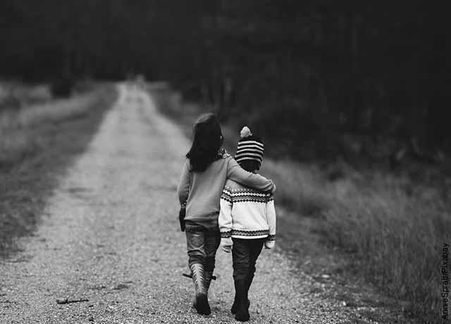 Foto de dos niños caminando abrazados