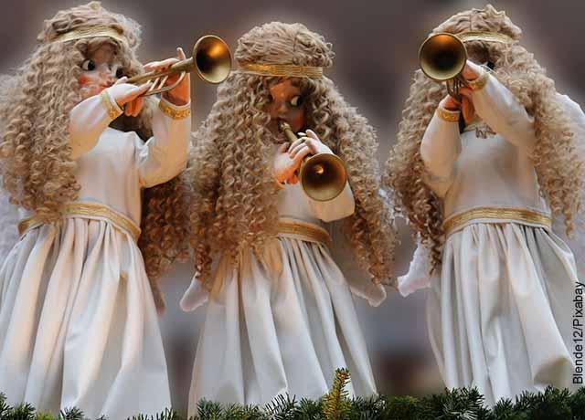 Foto de tres muñecas con ropa de ángel